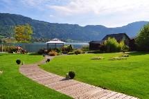 Großansicht Hotel direkt am Ossiacher See
